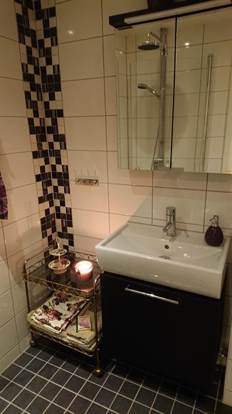 Nyrenoverat , helkaklat badrummed golvvärme och handukstork. Dusch, spegelskåp och underskåp tvättställ.