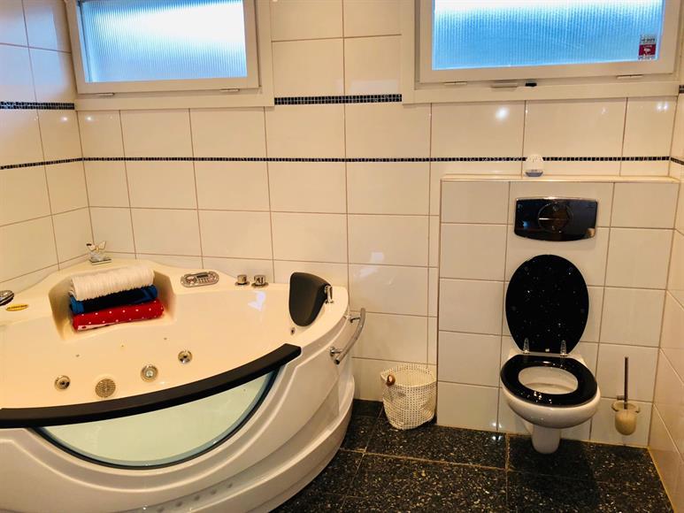 Bathroom 1 with Toilet and under floor heating - Upper Floor