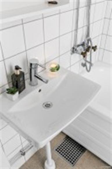 badrum. Finne ett badrumsskåp, en hylla och plats för skåp under handfat vid önskemål. Badkar.