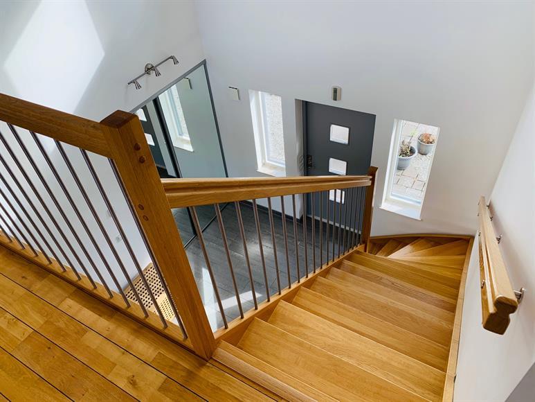 Trappa upp i den luftiga hallen.  Stairs in the spacious hallway.