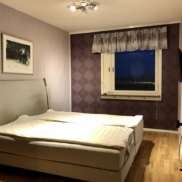 Sovrum med dubbelsäng samt TV.