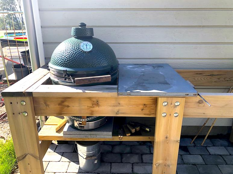 Kamadogrillen The Big Green Egg står redo för sommarens grill.