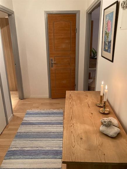 Hallen från entrédörren. (sovrum till vänster, badrum rakt fram och vardagsrum till höger)