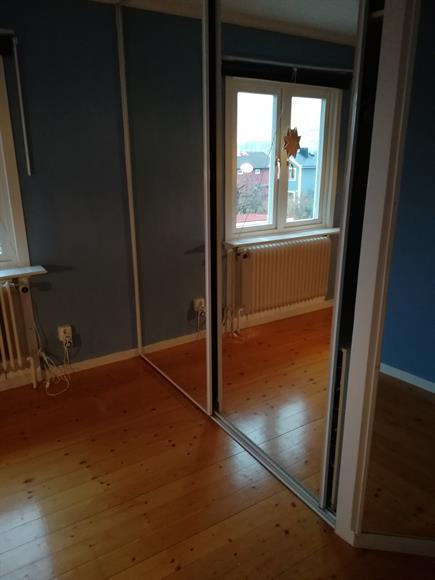 Del 2 av fjärde sovrummet. Platsbyggd garderob med spegeldörrar ger väldigt mycket förvaring.