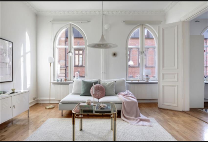 Trevligt vardagsrum med parkettgolv. Fönster mot davidshallsgatan. Vardagsrummet är ca 20 kvm.