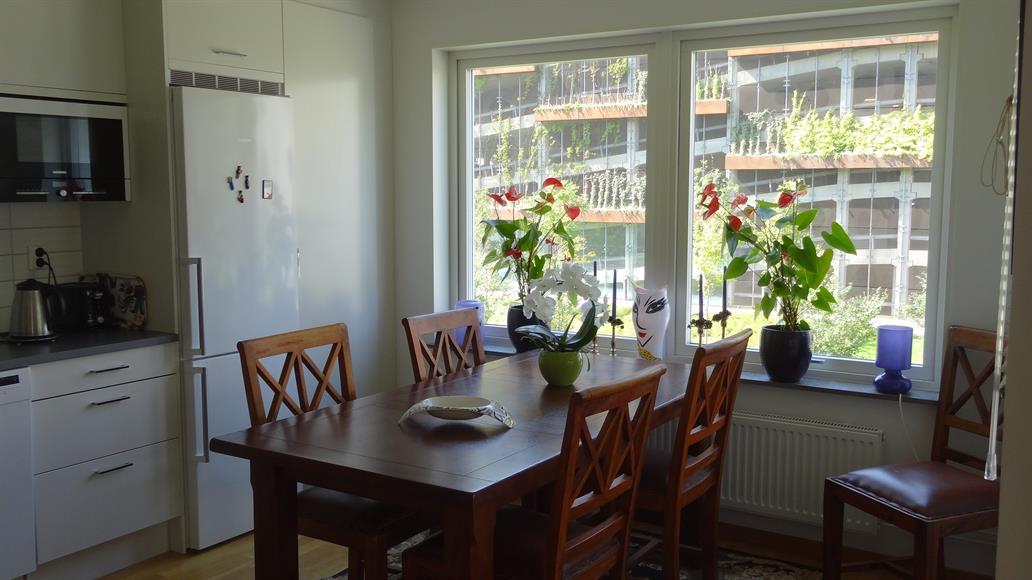 Matbord i köket plats för 10 - 12 personer.